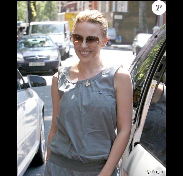 Kylie Minogue toujours aussi mignonne à Londres, à la sortie de son domicile