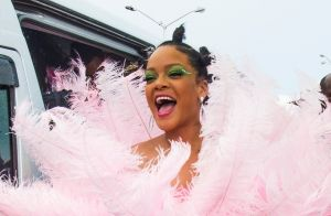 Rihanna : En robe rose à plumes, elle électrise la Barbade