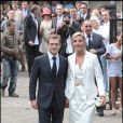 Le couple Laurence Ferrari/ Renaud Capuçon se dirige vers l'hôtel particulier où aura lieu le vin d'honneur.