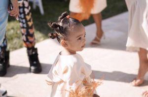 Kim Kardashian laisse sa fille Chicago (1 an et demi) jouer avec des serpents