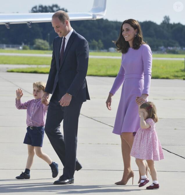 Le prince William, duc de Cambridge, Catherine Kate Middleton, duchesse de Cambridge et leurs enfants le prince George de Cambridge et la princesse Charlotte de Cambridge lors de leur départ à l'aéroport de Hambourg, le 21 juillet 2017, après leur visite officielle en Allemagne.