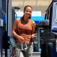 Exclusif - Christina Milian, enceinte, met de l'essence dans sa Mercedes-Benz G-wagon dans le quartier de Beverly Hills à Los Angeles, le 22 août 2019.