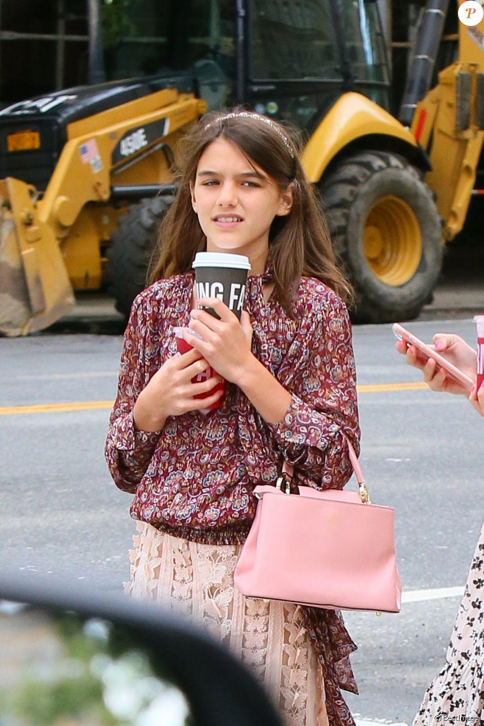 Suri Cruise avec une amie dans les rues de Manhattan. Le 31 août 2019.