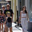Alessandra Ambrosio se balade avec sa fille Anja et son compagnon Nicolo Oddi dans le quartier de Santa Monica à Los Angeles. La petite Anja porte des tresses mauves. Le 2 septembre 2019