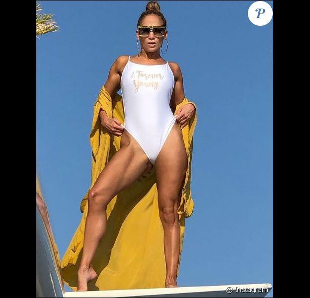 """Jennifer Lopez pose avec un maillot de bain """"Forever Young"""" près de Saint Tropez le 3 septembre 2019."""
