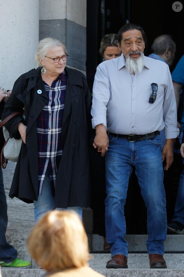 Exclusif - Josiane Balasko et son mari George Aguilar - Obsèques de Nancy Holloway - Personnalités à la sortie du crématorium du Père Lachaise à Paris le 6 septembre 2019.