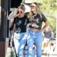 Miley Cyrus, qui porte un tee-shirt Metallica, et sa compagne Kaitlyn Carter se promènent, enlacées, dans les rues de Los Angeles. Le 14 septembre 2019