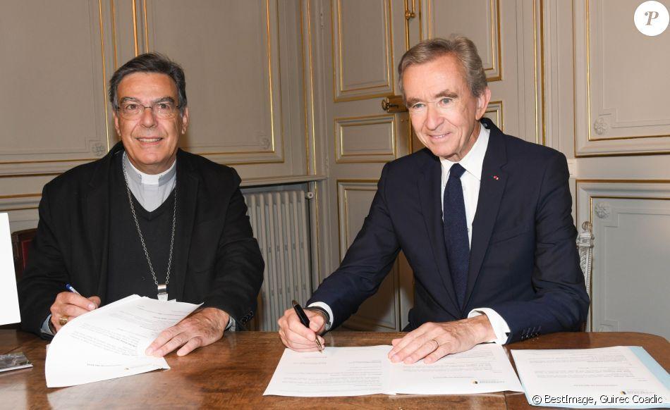 Bernard Arnault, PDG de LVMH signe avec l'archevêque de Paris, Mgr Michel Aupetit, à la résidence de l'archevêque, la convention officialisant la promesse de 200 millions d'euros de dons faite au nom de la famille Arnault et de son groupe de Luxe LVMH pour la restauration de Notre-Dame de Paris le 24 Septembre 2019. © Guirec Coadic / Bestimage