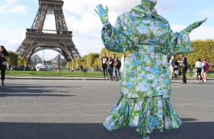 Cardi B : Défilé masqué au pied de la Tour Eiffel, la rappeuse méconnaissable