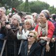Exclusif - Prix Spécial - No web - Elyette Boudou (Mamie Rock) regarde Laeticia Hallyday - Laeticia Hallyday sort de sa loge pour se rendre sur la scène puis pose avec des bikers et ses amis lors de l'inauguration de l'esplanade Johnny Hallyday à Toulouse, le 15 juin 2019. Laeticia Hallyday et ses filles Jade et Joy sont venues inaugurer une esplanade portant le nom de Johnny Hallyday située en face du Zénith de Toulouse, le 15 juin 2019, date hautement symbolique puisque le rockeur aurait eu 76 ans. Laeticia porte le pendentif crucifix de Johnny autour du cou. © Dominique Jacovides/Bestimage  No web/No blog pour Belgique/Suisse15/06/2019 - Toulouse