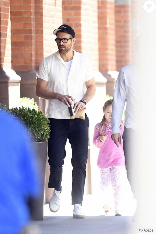 Ryan Reynolds avec sa fille Inez, 3 ans, dans les rues de New York le 4 octobre 2019.