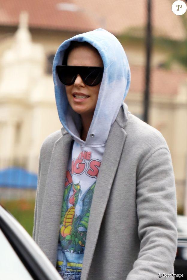 Exclusif - Charlize Theron porte une capuche et des lunettes de soleil à la sortie d'un rendez-vous professionnel à Hollywood, Los Angeles, le 7 mai 2019.