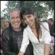 Jean-Claude Darmon et sa compagne Hoda Roche, derrière Laeticia Hallyday sur le Champ de Mars le 14 juillet 2009