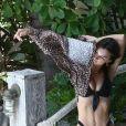 Emily Ratajkowski profite d'un après-midi ensoleillé à la piscine de son hôtel à Miami Beach le 16 octobre 2019.