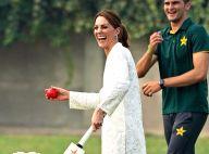 Kate Middleton au Pakistan : baskets et salwar kameez pour jouer au cricket