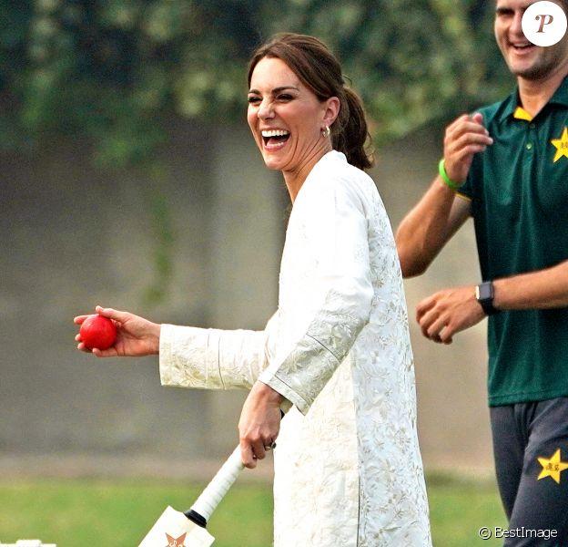 Catherine (Kate) Middleton, duchesse de Cambridge, lors de la visite du programme de cricket DOSTI du British Council, une initiative de sport au service de la paix, à la National Cricket Academy de Lahore, au Pakistan, le 17 octobre 2019.