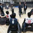 Le prince Harry, duc de Sussex, rencontre des athlètes en fauteuil roulant alors qu'il visite la Nippon Foundation Para Arena à Tokyo au Japon, le 2 novembre 2019.