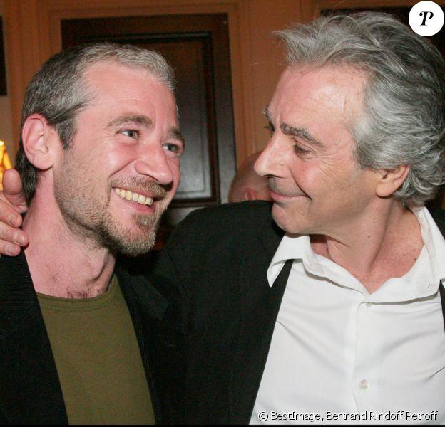 Exclusif - Pierre Arditi et son fils Frédéric, né de son mariage passé avec la comédienne Florence Giorgetti, au théâtre Edouard VII à Paris en mai 2008.