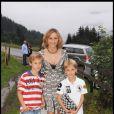 Karin Rénier et ses deux fils lors de la journée de baptême de Joy à Gstaad en Suisse le 5 juillet 2009