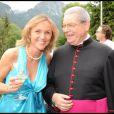 Karin Rénier et le curé de l'église de Lauenen lors de la journée de baptême de Joy à Gstaad en Suisse le 5 juillet 2009