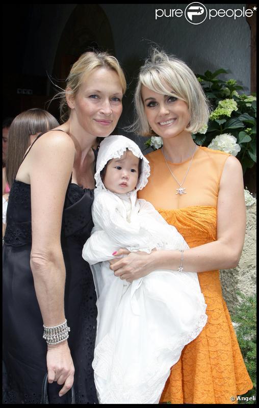 Estelle Lefébure et Laeticia Hallyday lors de la journée de baptême de Joy à Gstaad en Suisse le 5 juillet 2009