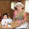 La grand-mère de Laeticia Eliette et son arrière-petite-fille Joy lors de la journée de baptême de Joy à Gstaad en Suisse le 5 juillet 2009