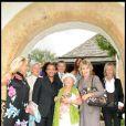 Jacqueline Veyssière, Claude Bouillon, Nikos, Eliette, la grand-mère de Laeticia, Bruno Putzulu, Nicole Sonneville et Valeria Attinelli lors de la journée de baptême de Joy à Gstaad en Suisse le 5 juillet 2009