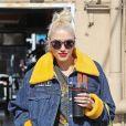 Exclusif - Gwen Stefani porte des bottines western, un short en jean sur un leggings et une veste en jean avec de la fausse fourrure à la sortie d'un salon de manucure/pédicure à West Hollywood, Los Angeles, le 29 octobre 2019