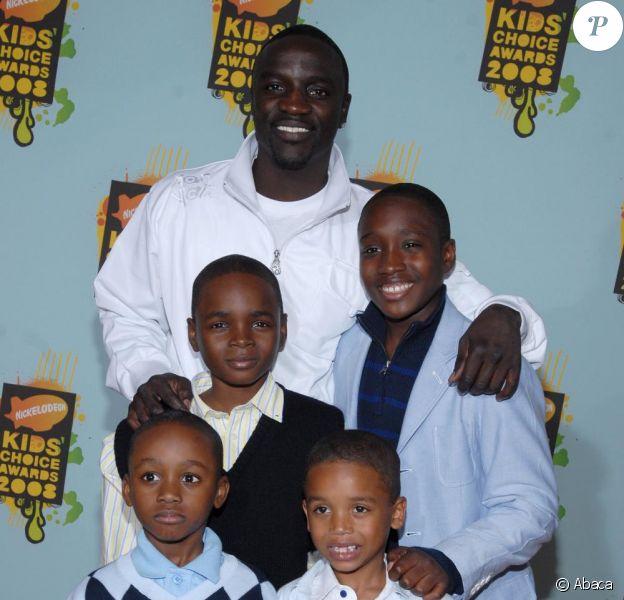 Akon et ses quatre enfants au Kids Choice Awards en mars 2008