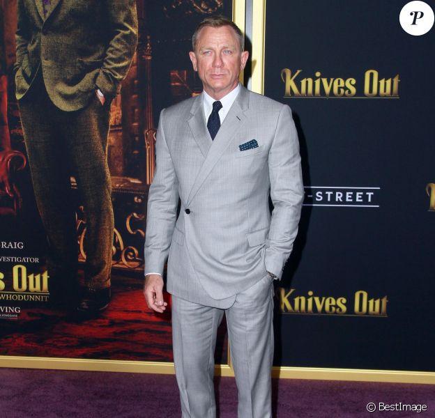 """Daniel Craig, habillé d'un costume Dior, assiste à l'avant-première de """"À couteaux tirés"""" au théâtre Regency Village dans le quartier de Westwood à Los Angeles, le 14 novembre 2019."""