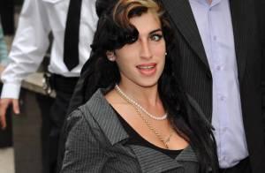 Amy Winehouse : Un look chic et nickel pour le tribunal... avec le retour de sa choucroute ! Bravo !