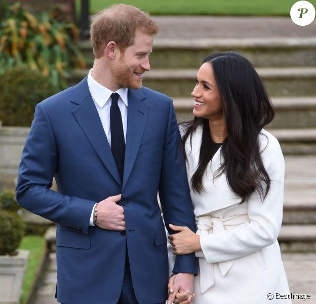 Le prince Harry et Meghan Markle posent à Kensington palace après l'annonce de leurs fiançailles, à Londres, le 27 novembre 2017.