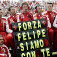 Le team Ferrari qui soutient Felipe Massa aux bords des stands...