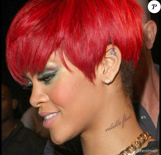 """Rihanna le 12 août 2010, elle affiche son nouveau tatouage """"Rebelle fleur"""" dans le cou."""