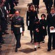Sarah Ferguson, le prince Andrew et leurs filles Eugenie et Beatrice aux funérailles de Diana en 1997.