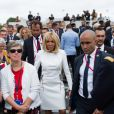 La Première dame Brigitte Macron va saluer la foule à la fin du 139ème défilé militaire du 14 juillet, jour de Fête Nationale, sur les Champs-Elysées. Paris, le 14 juillet 2019. Raphael Lafargue/Pool/Bestimage