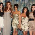 Les Kardashian, un phénomène de télé-réalité devenu un empire à plusieurs milliards de dollars. Kylie Jenner, Khloe Kardashian, Kim Kardashian, Kourtney Kardashian et Kendall Jenner aux People's Choice Awards à Los Angeles, en 2011.