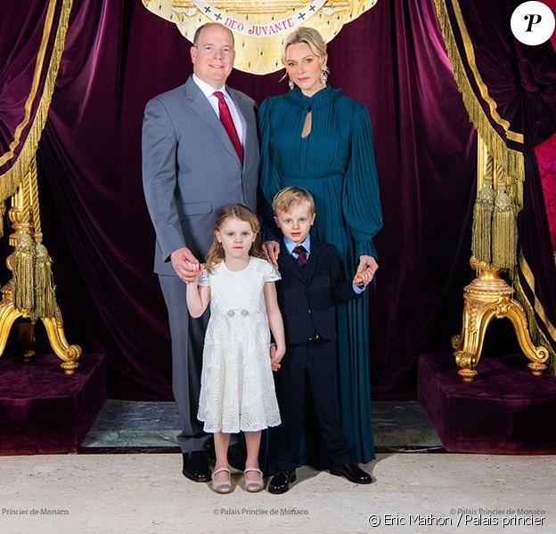 Le prince Albert de Monaco, son épouse Charlene et leurs enfants Jacques et Gabriella posent pour une nouvelle photo officielle au palais princier. Le 1er décembre 2019.