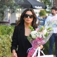 Exclusif - Eva Longoria est allée acheter des fleurs et faire du shopping dans le quartier de Beverly Hills à Los Angeles, le 22 novembre 2019  Exclusive - Eva Longoria grabs lunch at Avra after getting some shopping done. The actress looks flawless in a black pantsuit and can be seen carrying a shopping bag from Dolce & Gabbana and some flowers while out in Beverly Hills. 22nd november 201922/11/2019 - Los Angeles