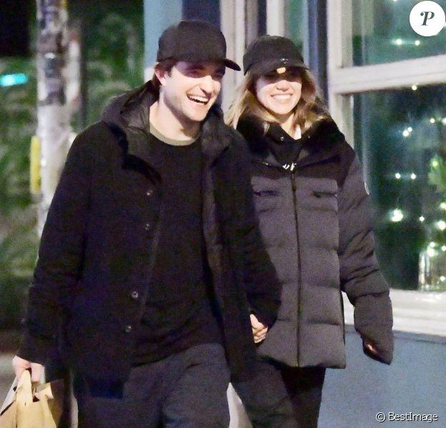 Exclusif - Robert Pattinson et sa compagne Suki Waterhouse à Londres, le 23 décembre 2019.