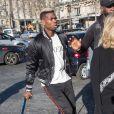 Paul Pogba arrive en béquilles au défilé Amiri lors de la Fashion Week Homme de Paris, automne/hiver 2020-2021 le 16 janvier 2020.