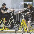 Exclusif - Neil Young et sa femme Daryl Hannah font du vélo à Happy Valley dans l'Oregon, le 23 mai 2019.
