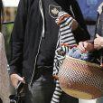 Exclusif - Neil Young et sa compagne Daryl Hannah sont accueillis par deux membres du personnel du centre médical UCLA à Westwood en Californie le 31 mars 2016.