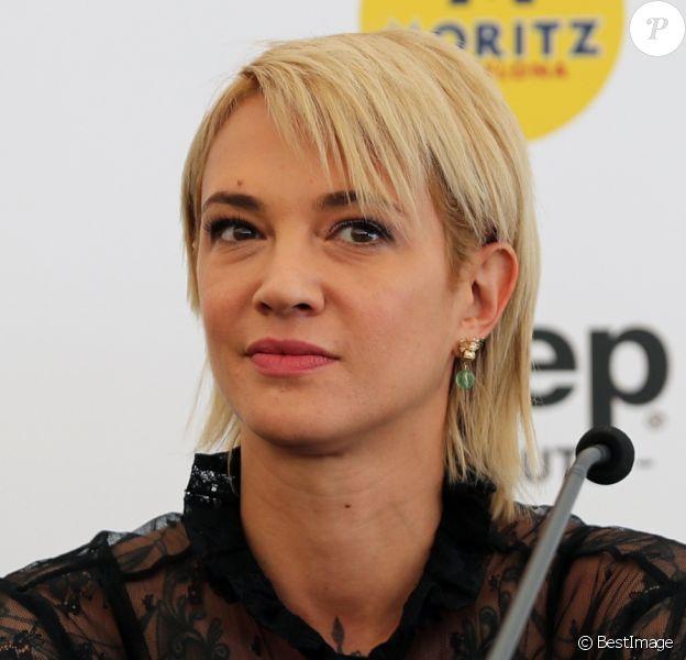 Asia Argento en conférence de presse lors du 52ème festival international du film fantastique à Sitges le 6 octobre 2019. L'actrice porte un bracelet squelette.