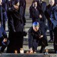 La reine Maxima et le roi Willem-Alexander des Pays-Bas se sont recueillis et ont déposé des lumignons sur le monument mémorial lors de la cérémonie commémorative du 75e anniversaire de la libération du camp d'Auschwitz-Birkenau à Brzezinka en Pologne le 27 janvier 2020.