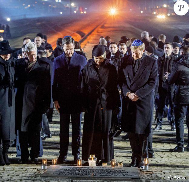 La reine Mathilde et le roi Philippe de Belgique et la reine Maxima et le roi Willem-Alexander des Pays-Bas se sont recueillis et ont déposé des lumignons sur le monument mémorial lors de la cérémonie commémorative du 75e anniversaire de la libération du camp d'Auschwitz-Birkenau à Brzezinka en Pologne le 27 janvier 2020.