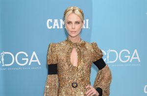 Charlize Theron : Divine en look doré aux Costume Designer Guild Awards