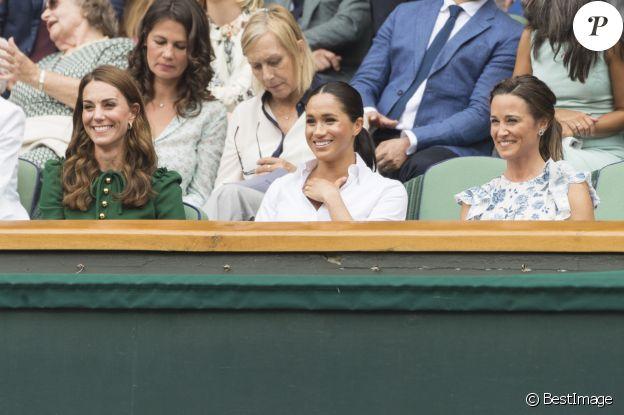 """Kate Middleton, duchesse de Cambridge, Meghan Markle, duchesse de Sussex, et Pippa Middleton dans les tribunes lors de la finale femme de Wimbledon """"Serena Williams - Simona Halep (2/6 - 2/6) à Londres, le 13 juillet 2019."""