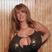 Elle se sert de son énorme poitrine comme d'une arme de destruction ! Regardez c'est très violent !