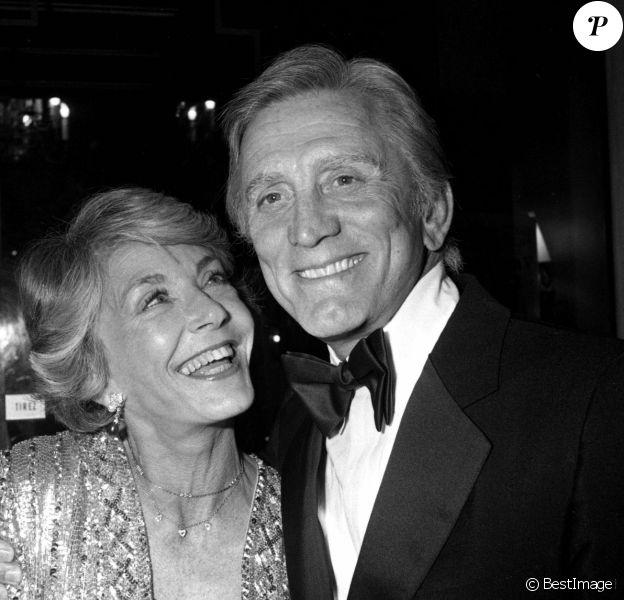 Kirk Douglas est décédé à 103 ans, le 5 février 2020 - Archives - Kirk Douglas (Cesar d'honneur) avec sa femme Anne Buydens. Ceremonie des Cesar en 1980.